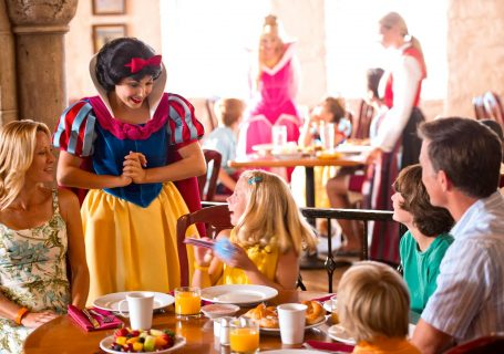 Snow White Greets at Breakfast